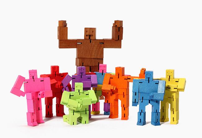 Familia de Cubebots diseñada por David Weeks, producida por la empresa Areaware en Nueva York.