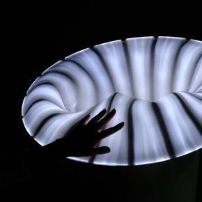 Pull Over: lámpara táctil de la diseñadora francesa Bina Baitel