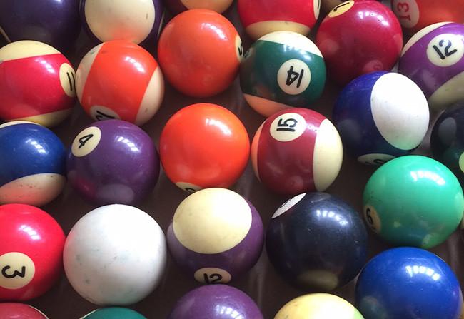 Las conocidas pelotas de billar y pool están hechas también en Baquelita.