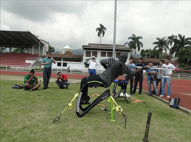 Mauricio Valencia practicando lanzamiento de jabalina en Centaurum. Foto: Dpto. Diseño Industrial, Laboratorio de Factores Humanos.