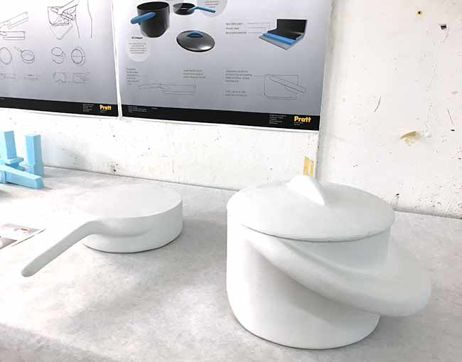 Ian Zheng trabaja en una línea de ollas que ayudan a tener mayor control de las piezas de cocina, especialmente cuando se trata de verter, voltear o cargar las ollas cargadas de líquido.