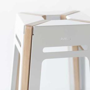 Colección Artu: madera y metal en el taburete de Alexander Zhukovsky