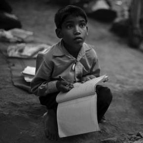 Letter Desk: mesa compacta de cartón para escuelas rurales en Asia