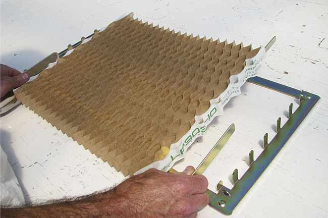 Las colmenas de papel que sirven para almacenar y dispensar los brotes.